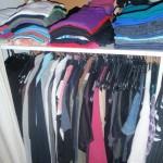 verwijder stof van stoffige kleding met rubberen borstels